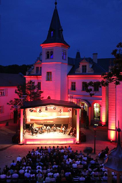 Buehne_vor_Schloss_abends-kob